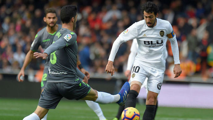 Parejo, intenta superar a un rival.